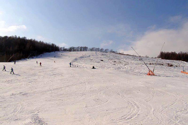 Протяженность горнолыжной трассы в с. Поляна составляет 800 м.